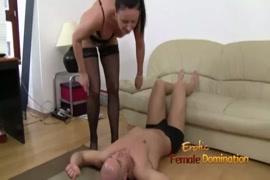 Un penis en erection tenu par une femme nue en image